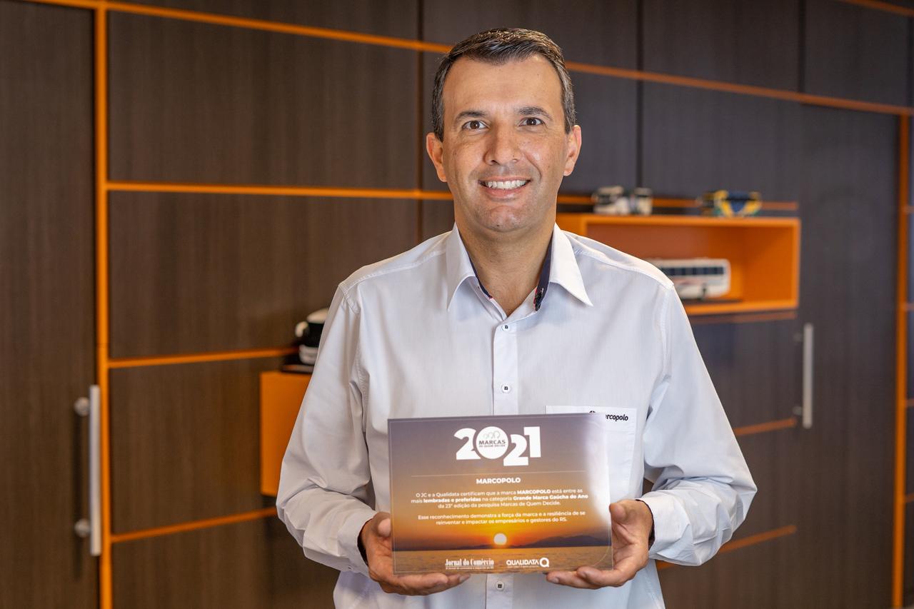 """Ricardo Portolan, diretor de operações comerciais mercado interno e marketing da Marcopolo, com a premiação """"Marcas de Quem Decide 2021"""""""